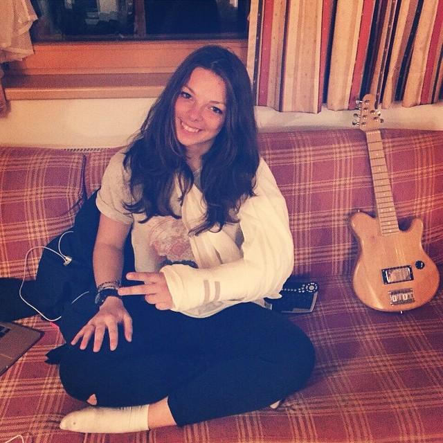 Лена @lenkakostenko1995 треснула руку об гитару. Поправляйся скорее! #FICTIONWEAR #fictiongirl